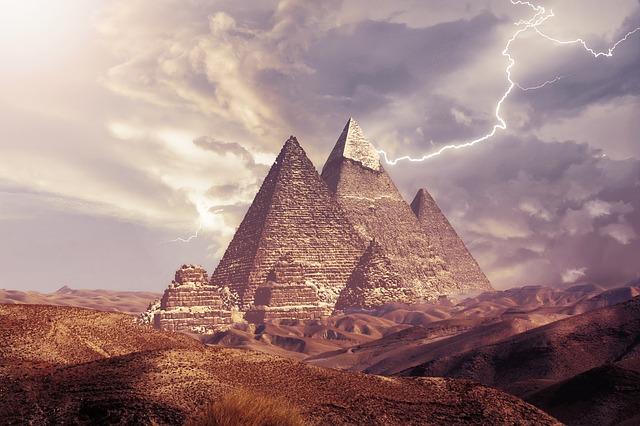 pyramids-3779977_640 (3).jpg